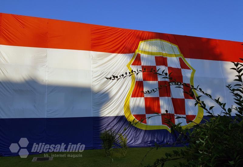Ogromna Zastava Herceg Bosne Osvanula U čapljini Tomislav City