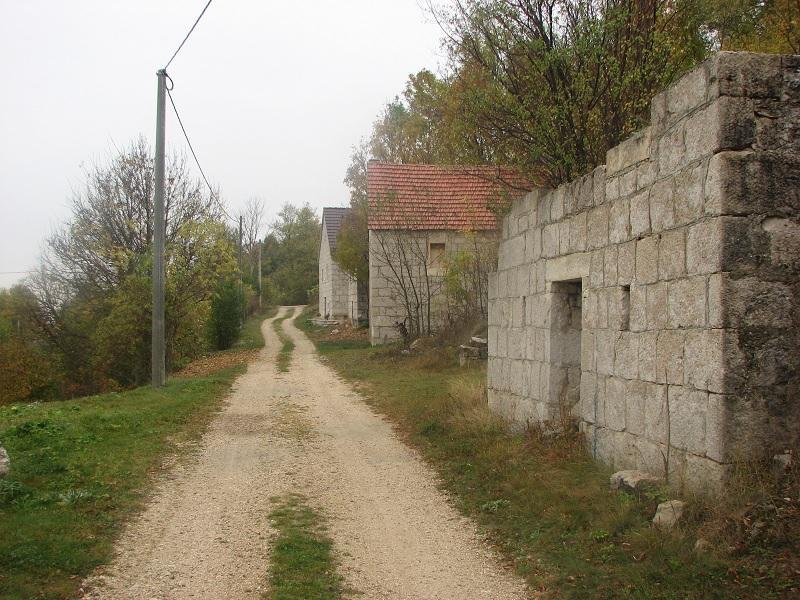 Napuštene stare kamene kuće Matića u selu Borčanu.