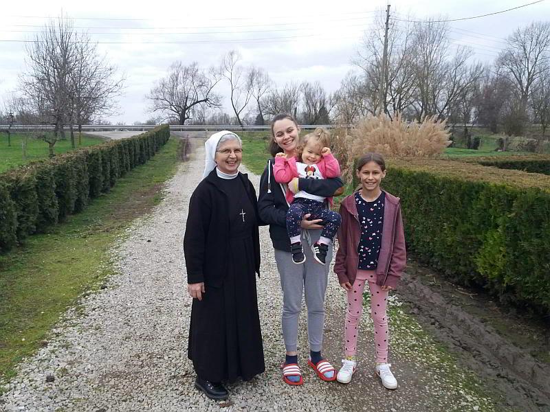 Č.s. Mirna, Ivana s Emanuelom u naručju i Ana