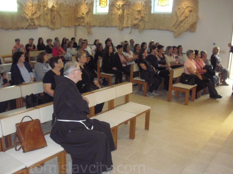 Skupina vjernika iz Posušja sa svojim voditeljem fra Milanom Lončarem u karmelskoj crkvi sv. Ilije